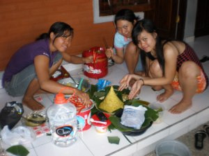 Ibu2 PKK sedang mempersiapkan masakan